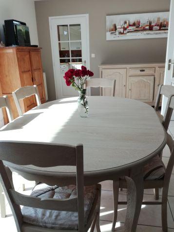 Table et ses 6 chaises cérusées