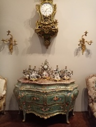 Commode et bougeoirs style rocaille