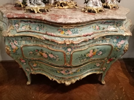 Commode style rocaille