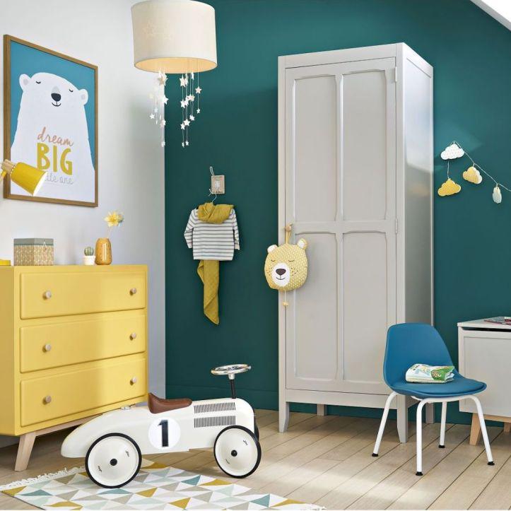 chambre-enfant-mur-vert-canard-mobilier-jaune-blanc-vintage-guirlande-nuage