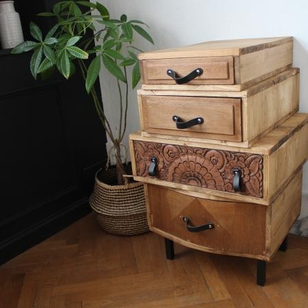 Meuble original en bois créé à partir de meubles et tiroirs anciens